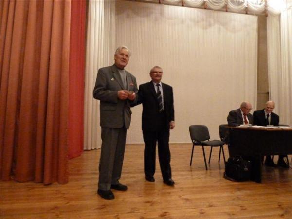 Награждение юбиляра В.И. Чубукина автора гимна ветеранов МКФ