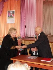 Вручение памятных подарков школе